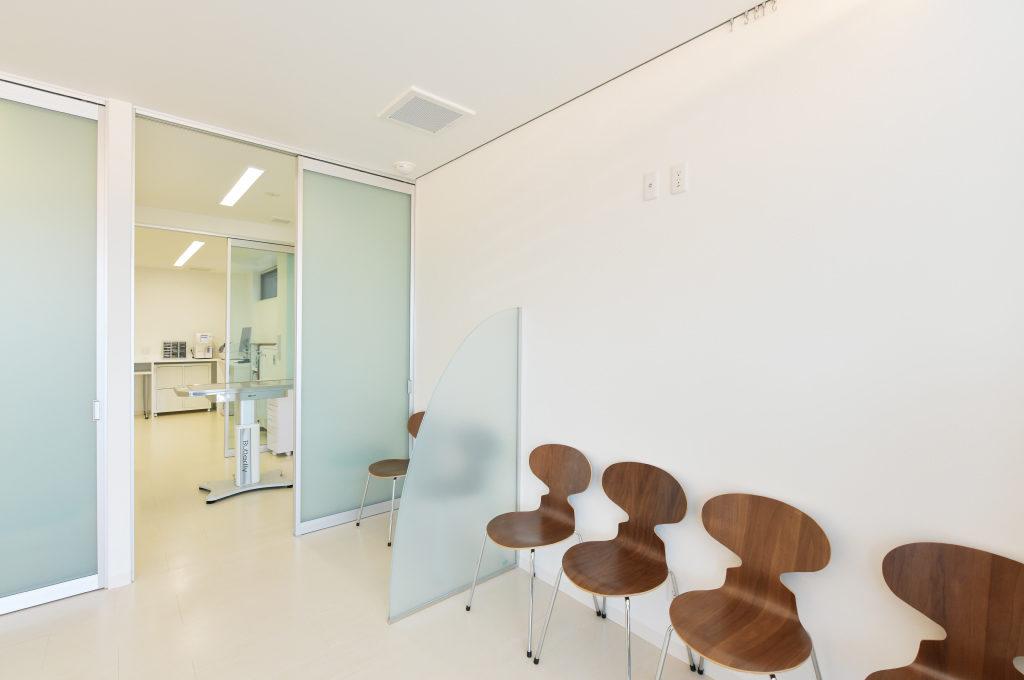 【明石本町動物病院待合室】犬と猫の待合スペースが別々だから、お互い緊張せず安心。